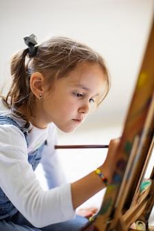 Klein meisje leert schilderen