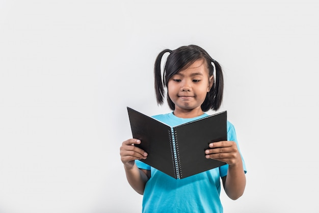 Klein meisje leesboek in studio opname