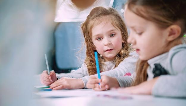 Klein meisje let op het feit dat hij haar vriend schreef