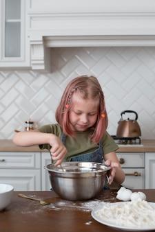 Klein meisje maakt iets lekkers om te eten