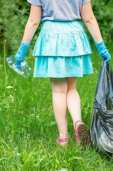 Klein meisje maakt plastic afval schoon