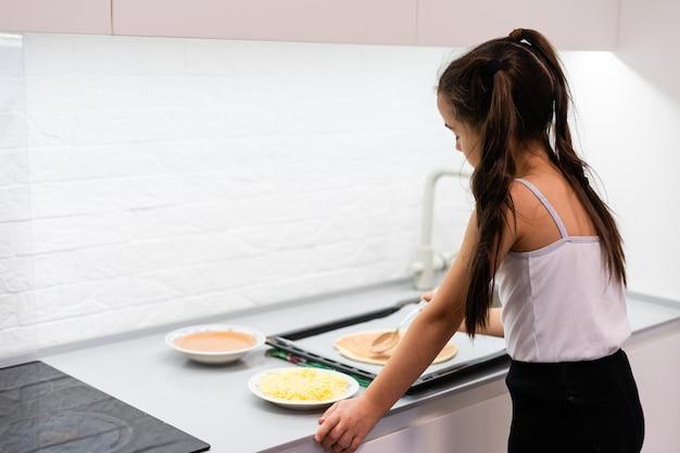 Klein meisje maakt thuis pizza