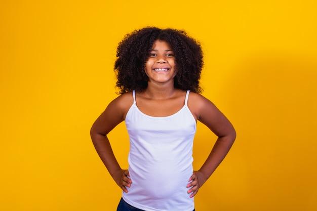 Klein meisje met afrikaans haar dat naar de camera lacht