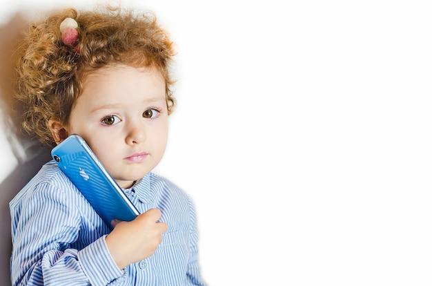 Klein meisje met behulp van de telefoon