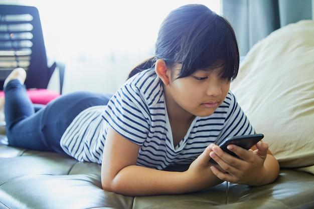 Klein meisje met behulp van mobiele telefoon