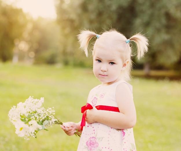 Klein meisje met bloemen