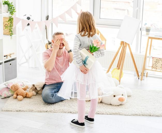 Klein meisje met cadeau voor vader