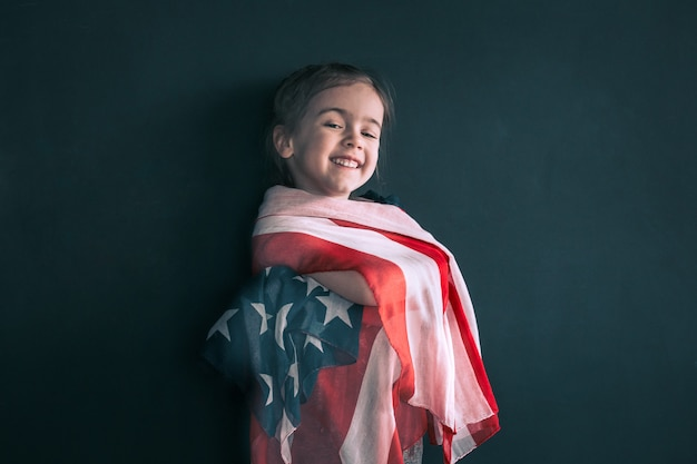 Klein meisje met de amerikaanse vlag