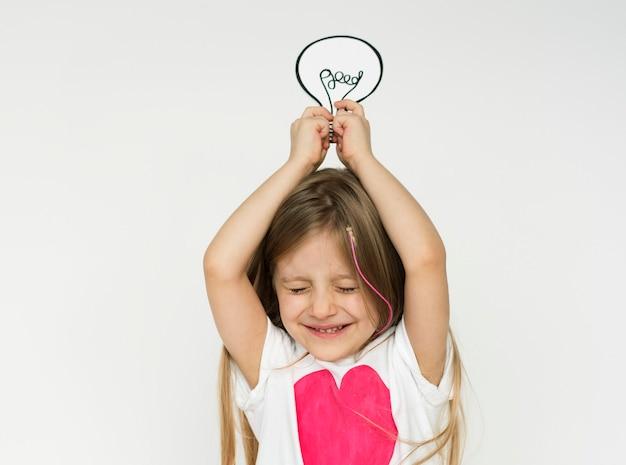 Klein meisje met een gloeilamp