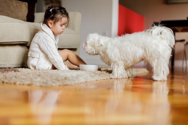 Klein meisje met een hond