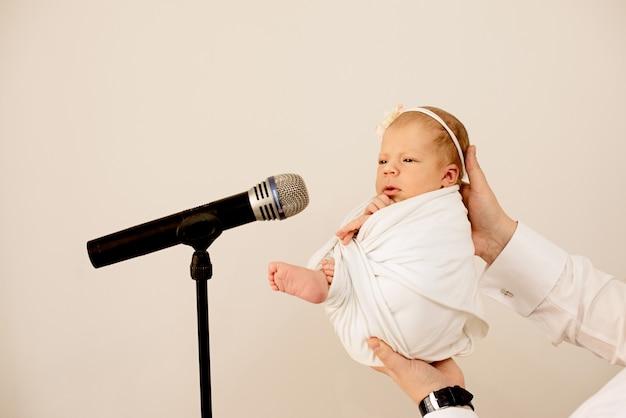 Klein meisje met een microfoon. jonge zanger, getalenteerd. grap