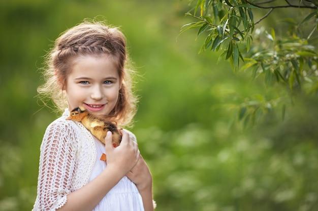 Klein meisje met een schattig eendje in de handen.