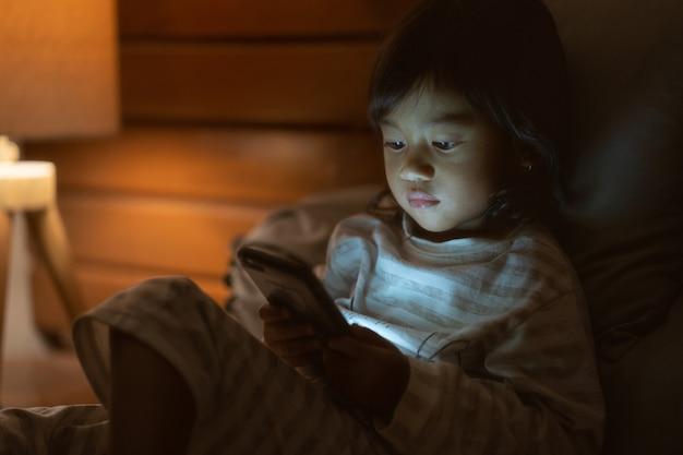 Klein meisje met een smartphone