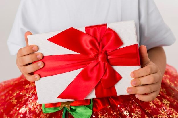 Klein meisje met een verpakt cadeau