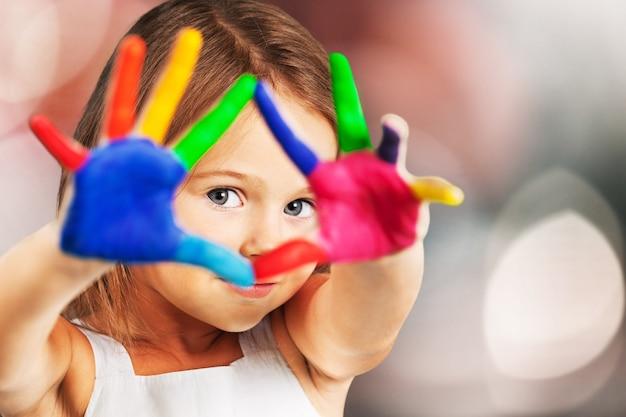 Klein meisje met geverfde handen