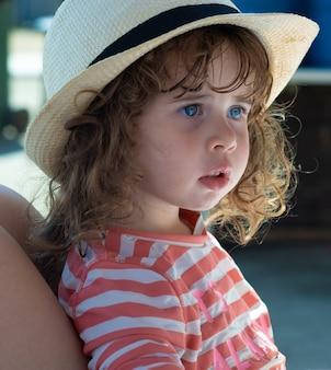 Klein meisje met hoed genieten van de stranden van andalusië.