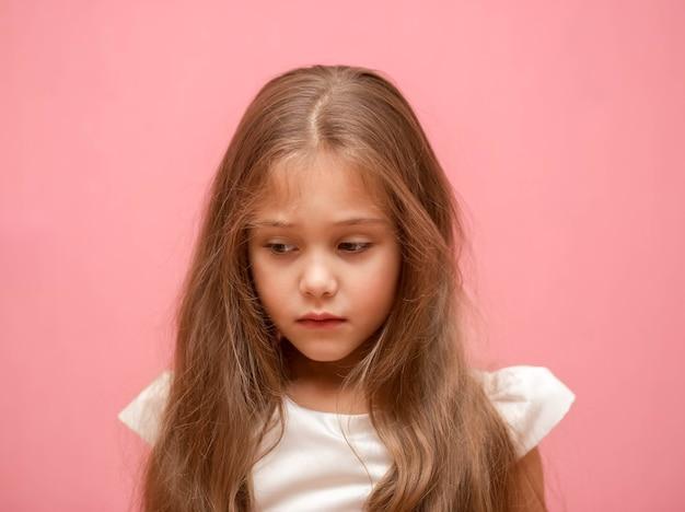 Klein meisje met lang haar. portret. verdrietig