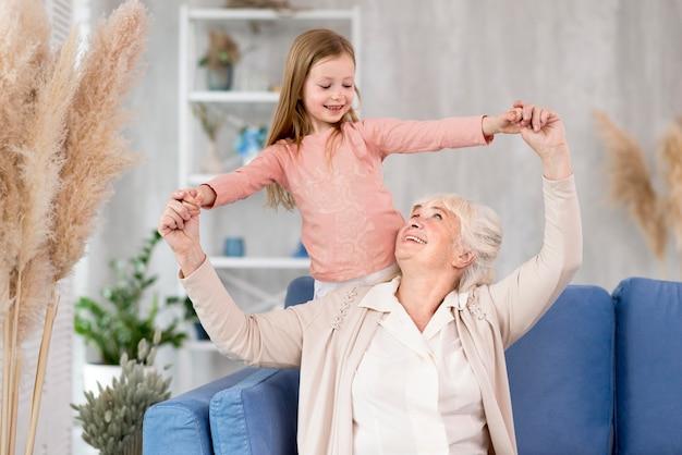 Klein meisje met oma spelen