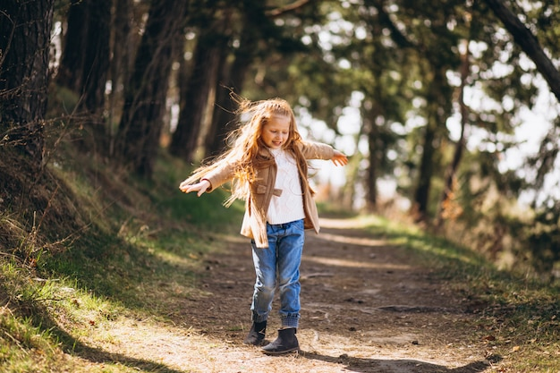 Klein meisje met rood haar in het bos