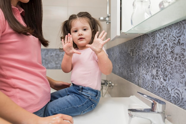 Klein meisje met schone handen