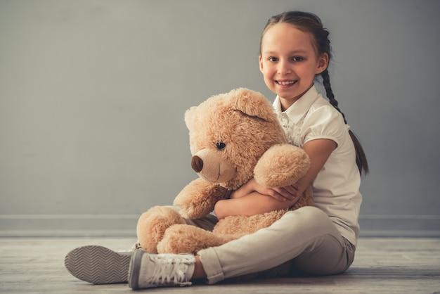 Klein meisje met speelgoed