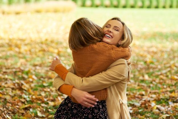 Klein meisje omhelst haar mama
