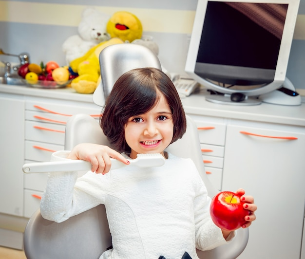 Klein meisje op de tandheelkundige kantoor. rustig en gelukkig.