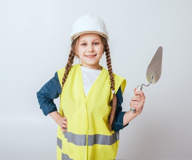 Klein meisje op de witte muur. bouw