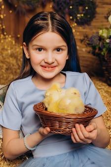 Klein meisje op een boerderij met kippen