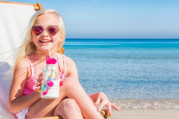 Klein meisje op het strand