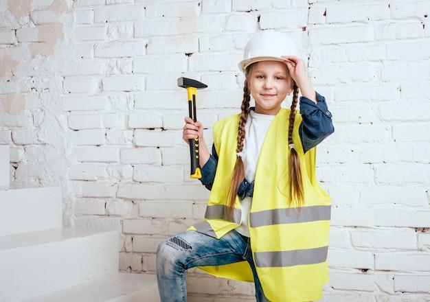 Klein meisje op het witte landschap. bouw