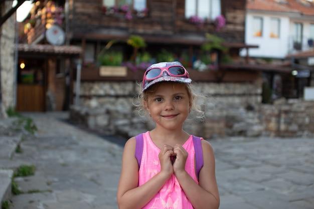 Klein meisje op straat van de oude stad