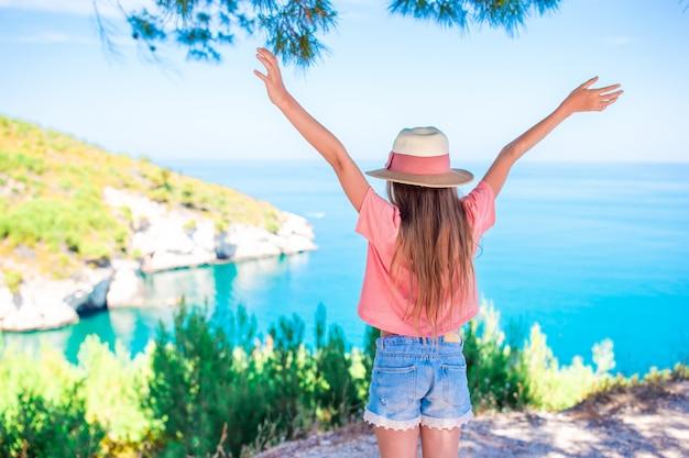 Klein meisje op vakantie reizen