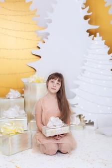 Klein meisje opent kerstcadeau