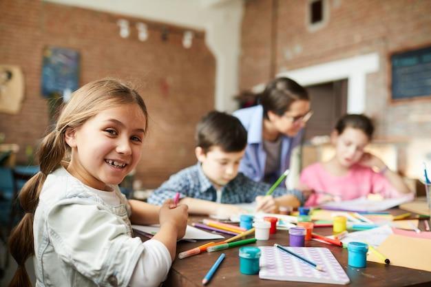 Klein meisje plezier in de kunst klasse