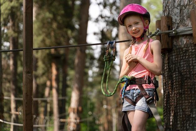 Klein meisje plezier in een avonturenpark Premium Foto