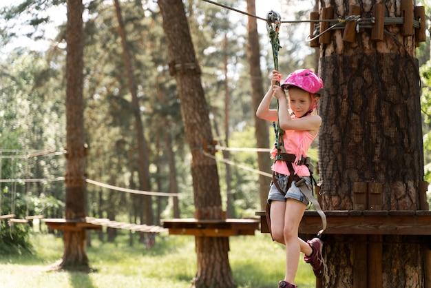 Klein meisje plezier in een avonturenpark Gratis Foto