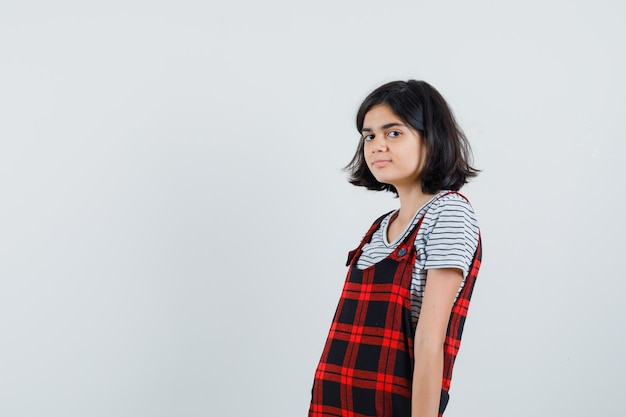 Klein meisje poseren op camera in t-shirt
