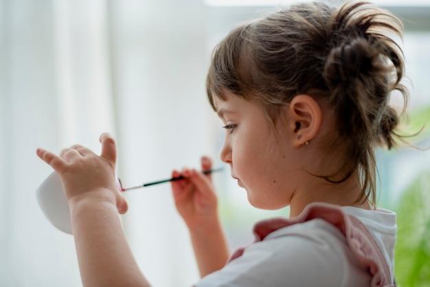 Klein meisje pot schilderen thuis