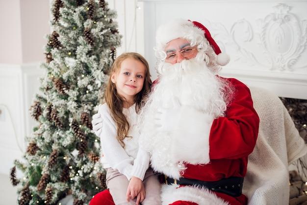 Klein meisje praten met een oude kerstman