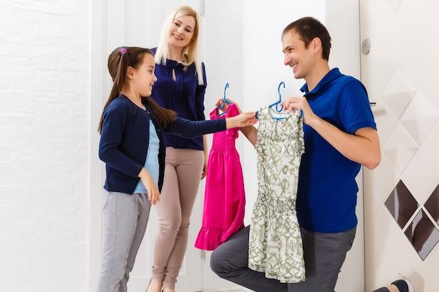 Klein meisje probeert nieuwe kleren aan