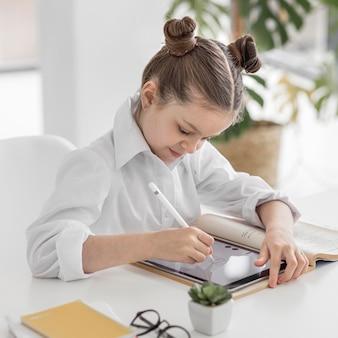 Klein meisje puttend uit haar tablet