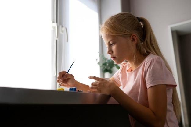 Klein meisje schilderij vaas thuis