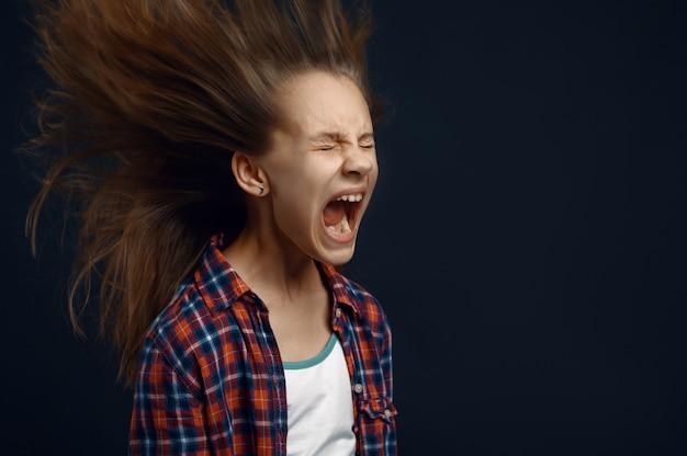 Klein meisje schreeuwt en ontwikkelt haareffect