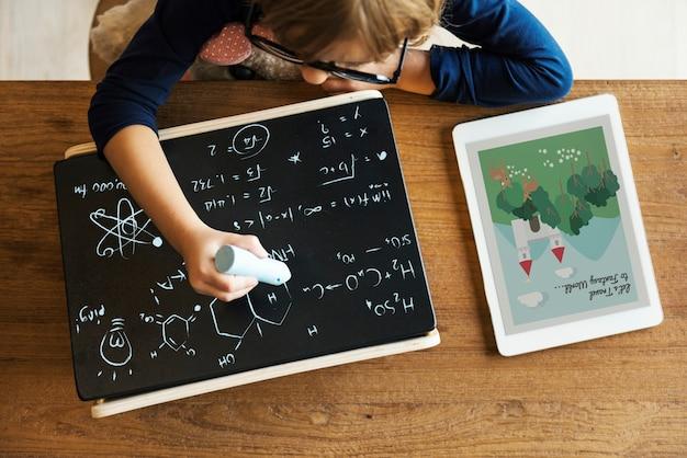 Klein meisje schrijven schoolbord concept