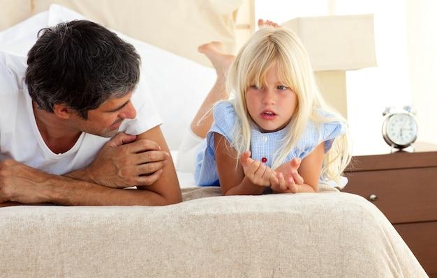 Klein meisje serieus praten met haar vader
