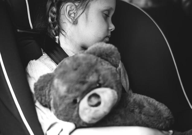 Klein meisje slaapt in de auto