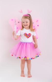 Klein meisje speelt in fee kostuum
