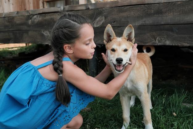 Klein meisje speelt met haar hond buiten