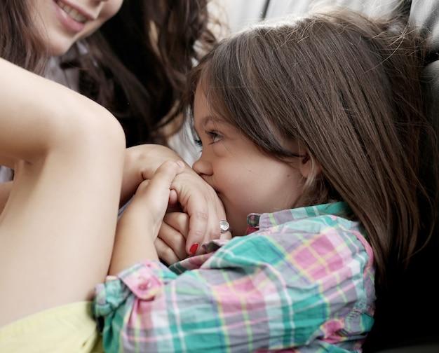 Klein meisje speelt met haar moeder